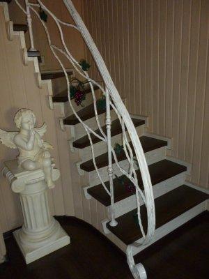 Изготовление лестниц, дверей, интерьеров по индивидуальным заказам из массива.